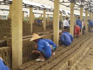 Học viên Trung tâm giáo dục LĐXH huyện Lạc Sơn, sản xuất ghach nung để cải thiện đời sống.