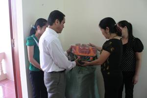 Cán bộ phòng LĐ- TB và XH Bàn giao cặp phao cứu sinh cho cán bộ các xã vùng hồ trước năm học mới 2013-2014.