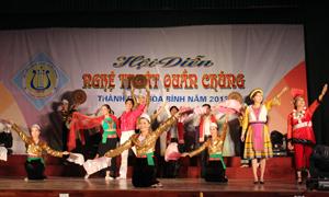 Một tiết mục múa hát tại hội diễn NTQC thành phố Hòa Bình năm 2013.
