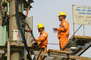 Công nhân Điện lực Lương Sơn kiểm tra, đảm bảo an toàn lưới điện tại các trạm biến áp trên địa bàn.