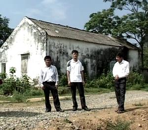 CCB Quách Văn Cạp (đứng đầu tiên từ trái sang) và lãnh đạo xã trước khu đất của gia đình đã hiến để xây dựng đường giao thông.