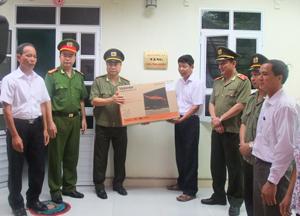 Lãnh đạo Công an tỉnh trao nhà tình nghĩa cho gia đình liệt sĩ Võ Văn Mỹ ở Nông trường Cửu Long (Lương Sơn).