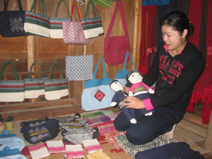 Làng nghề dệt kết hợp làm du lịch xã Chiềng Châu (Mai Châu) vừa được công nhận năm 2013 hiện đang thu hút hàng trăm xã viên tham gia, tạo ra mẫu mã sản phẩm đa dạng, phong phú đáp ứng thị hiếu tiêu dùng.