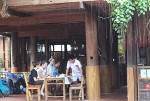 Du khách nước ngoài tham gia các tuor du lịch cộng đồng tại bản Lác, Chiềng Châu.