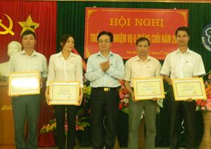 Lãnh đạo BHXH tỉnh trao thưởng cho các tập thể lao động xuất sắc năm 2012.