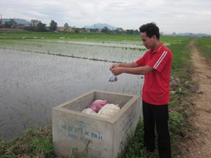 Nông dân xóm Độc Lập thu gom, phân loại và bỏ rác tại bể xử lý đúng nơi quy định.