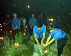ĐV – TN tham gia thắp nến tri ân tại Nghĩa trang huyện Lạc Sơn.