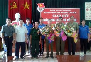 BTV Đoàn phường tặng hoa giao lưu với các nhân chứng lịch sử.