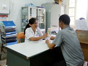 Bác sỹ Nguyễn Thị Thành, Trưởng phòng Khám ngoại trú, Khoa truyền nhiễm Bệnh viện Đa khoa tỉnh  tư vấn  cho người nhiễm HIV.