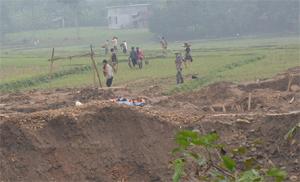 Khai thác vàng trái phép tạo thành những hố sâu ngay trên cánh đồng thôn Yên Lịch, xã Long Sơn (Lương Sơn).
