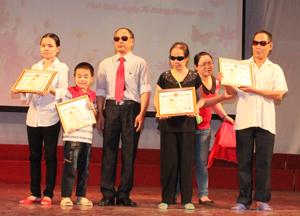 Ban tổ chức lớp học trao giấy khen cho 4 học viên có thành tích học tập và rèn luyện xuất sắc.