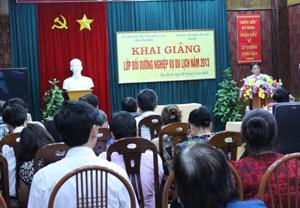 Các học viên tham dự lễ khai giảng khóa tập huấn về nghiệp vụ du lịch.