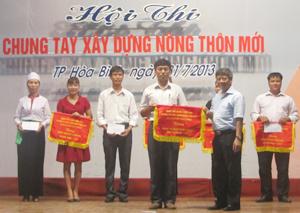 Đồng chí Trần Văn Hoàn – Bí thư Thành ủy trao giải nhất cho đội xã Dân Chủ.