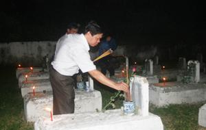 Lãnh đạo và các ban, ngành, đoàn thể huyện Lạc Thuỷ thắp nến tri ân tại nghĩa trang liệt sỹ thị trấn Chi Nê.