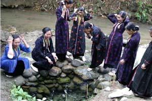 Bà con dân bản vuột gội nước bên mó nước Nàng Han để cầu may mắn, bình an.