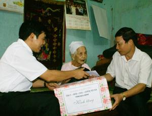 Đồng chí Bùi Văn Cửu, Phó Chủ tịch Thường trực UBND tỉnh tặng quà mẹ Việt Nam Anh hùng Bùi Thị Triều.