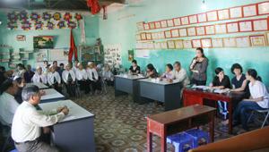 """Buổi sinh hoạt của các thành viên CLB """"Cùng chia sẻ"""" xã Liên Sơn (Lương Sơn)  trao đổi thông tin, kinh nghiệm trong phòng - chống lây truyền HIV từ mẹ sang con."""