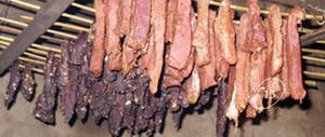 """Thịt trâu gác bếp có lẽ là món ăn được chế biến với ít công đoạn nhất nhưng hương vị của nó thì chắc chắn sẽ làm """"ám ảnh"""" những du khách đã từng ghé chân qua nơi đây."""