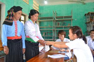 Cán bộ Sở Y tế khám, cấp phát thuốc miễn phí và tư vấn phòng, chống dịch bệnh cho nhân dân xã Đoàn Kết (Đà Bắc).