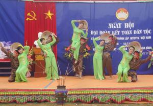 Tiết mục múa hát của nhân dân xã Mỵ Hòa (Kim Bôi) trong ngày hội đại đoàn kết toàn dân tộc.
