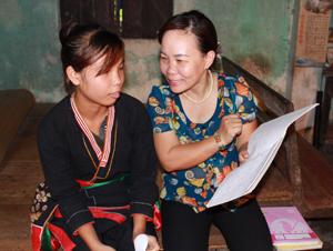 Cô Phan Thị Nhật Lê (cán bộ TTHTCĐ phường Thái Bình) trong lần gặp gỡ, tìm hiểu về tình hình học tập của em Phùng Thị Thiết  sau ngày em trở lại lớp.