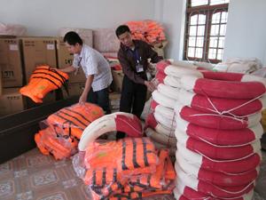 Cơ số vật tư, phương tiện thiết yếu phục vụ phòng - chống lũ bão  được BCH PCLB&TKCN huyện cao Phong phân bổ đến các xã, thị trấn.