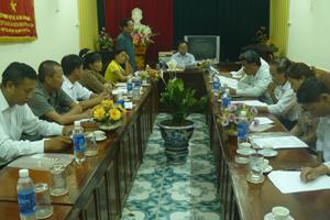 Đại diện Công ty TNHH một thành viên thương mại dịch vụ và XNK giới thiệu về 2 sản phẩm phân bón Garsoni đến các HTX nông nghiệp trong tỉnh.