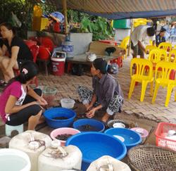 Khu vực vệ sinh cốc chén cộng với chế biến đồ ăn của nhiều quán giải khát vỉa hè thường được đặt ngay cạnh khu vực bán hàng.