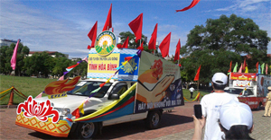 Xe tuyên truyền lưu động của tỉnh Hòa Bình trong buổi diễu hành tuyên truyền cổ động phòng - chống ma túy năm 2014 tại TP Hà Tĩnh, tỉnh Hà Tĩnh.