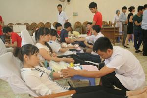 Các tình nguyện viên tham gia hiến máu tình nguyện đợt 3 do BCĐ thành phố Hoà Bình tổ chức.