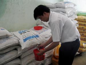 Cán bộ Chi cục QLCL nông, lâm, thủy sản (Sở NN&PTNT) tiến hành lấy mẫu phân bón để kiểm định chất lượng.