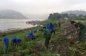 ĐV-TN và nhân dân tham gia dọn vệ sinh tại khu vực bờ kè sông Đà.