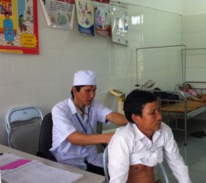 Cán bộ Trạm y tế xã Liên Hòa (Lạc Thủy) khám và tư vấn cách phòng, chống dịch bệnh cho người dân.