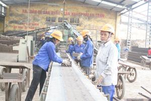 Công ty CP Gạch ngói Quỳnh Lâm (TPHB) trang bị đầy đủ trang thiết bị bảo hộ, đảm bảo ATVSLĐ cho người lao động.