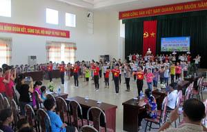 Các em thiếu nhi cùng tham gia các điệu nhảy dân vũ trong ngày khai mạc trại hè.
