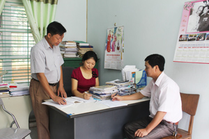Cán bộ Phòng LĐ, TB&XH tập trung thẩm định hồ sơ giải quyết chế độ chính sách cho NCC trên địa bàn.