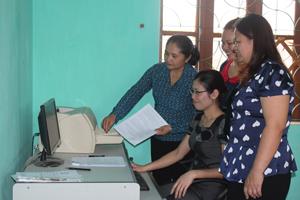 Hội Phụ nữ huyện Yên Thủy nghiên cứu, tìm hiểu tài liệu qua mạng internet để triển khai nhân rộng CLB sức khỏe sinh sản và cân bằng giới tính trên địa bàn.