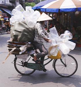 Những người phụ nữ vất vả, rong ruổi trên từng con đường ở thành phố Hòa Bình thu gom đồng nát.