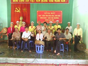 """CLB """" Bảo tồn bản sắc văn hóa dân gian"""" xóm Lục Đồi, xã Kim Bình (Kim Bôi) biểu diễn các làn điệu dân ca phục vụ khán giả địa phương."""