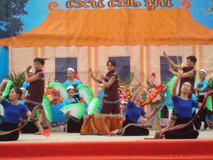 Những năm qua, đội văn nghệ quần chúng huyện Mai Châu đã tổ chức nhiều buổi biểu diễn nghệ thuật góp phần bảo tồn và phát huy bản sắc văn hoá dân tộc Thái.