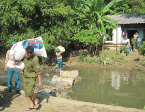 Lực lượng chức năng giúp người dân xóm Chanh Trên, xã Vĩnh Đồng (Kim Bôi) sơ tán tài sản đến khu tái định cư.
