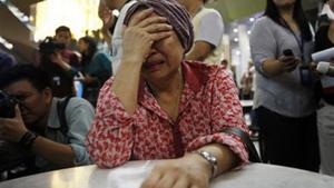 Một người phụ nữ tin rằng chị gái mình có mặt trên chuyến bay MH17 nức nở khóc trong khi chờ đợi thêm thông tin về chiếc máy bị rơi, tại sân bay quốc tế Kuala Lumpur, Malaysia. (Ảnh: Reuters)