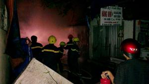 Lực lượng Cảnh sát PCCC sử dụng thiết bị chuyên dụng để khống chế đám cháy.
