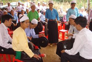 Hội viên NCT xã Phú Lương (Lạc Sơn) truyền dạy văn hóa cồng chiêng cho thế hệ trẻ nhằm gìn giữ các giá trị văn hóa dân tộc.