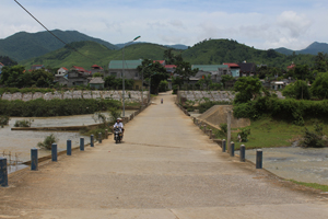 Ngầm tràn Kim Bình - Trung Bì có cấu tạo liên hợp cống và chôn cột đo mực nước cảnh báo để người tham gia giao thông thận trọng khi qua lại trên ngầm tràn vào mùa mưa lũ.