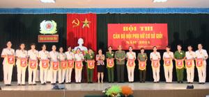 Lãnh đạo Công an tỉnh và Hội LHPN tỉnh tặng cờ lưu niệm cho các đội tham gia hội thi.