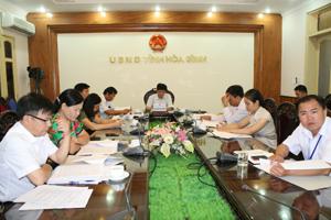 Đồng chí Nguyễn Văn Dũng, Phó Chủ tịch UBND tỉnh và các đại biểu dự hội nghị giao ban trực tuyến tại điểm cầu tỉnh ta.