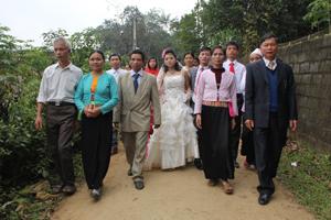 Người dân xã Kim Truy (Kim Bôi) thực hiện nếp sống văn minh trong tổ chức các đám cưới nhưng vẫn giữ được nét truyền thống của dân tộc Mường. Ảnh: P.V