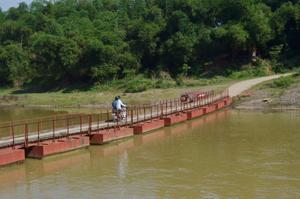 Theo kế hoạch, xóm Niếng (xã Phú Thành, huyện Lạc Thuỷ) sẽ được đầu tư xây dựng một chiếc cầu có khả năng đáp ứng tốt nhu cầu đi lại của bà con, thay thế chiếc cầu phao bắc tạm qua sông như hiện nay.