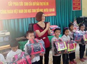 LĐLĐ huyện Kim Bôi trao tặng cặp sách cho các em học sinh vượt khó huyện Kim Bôi.